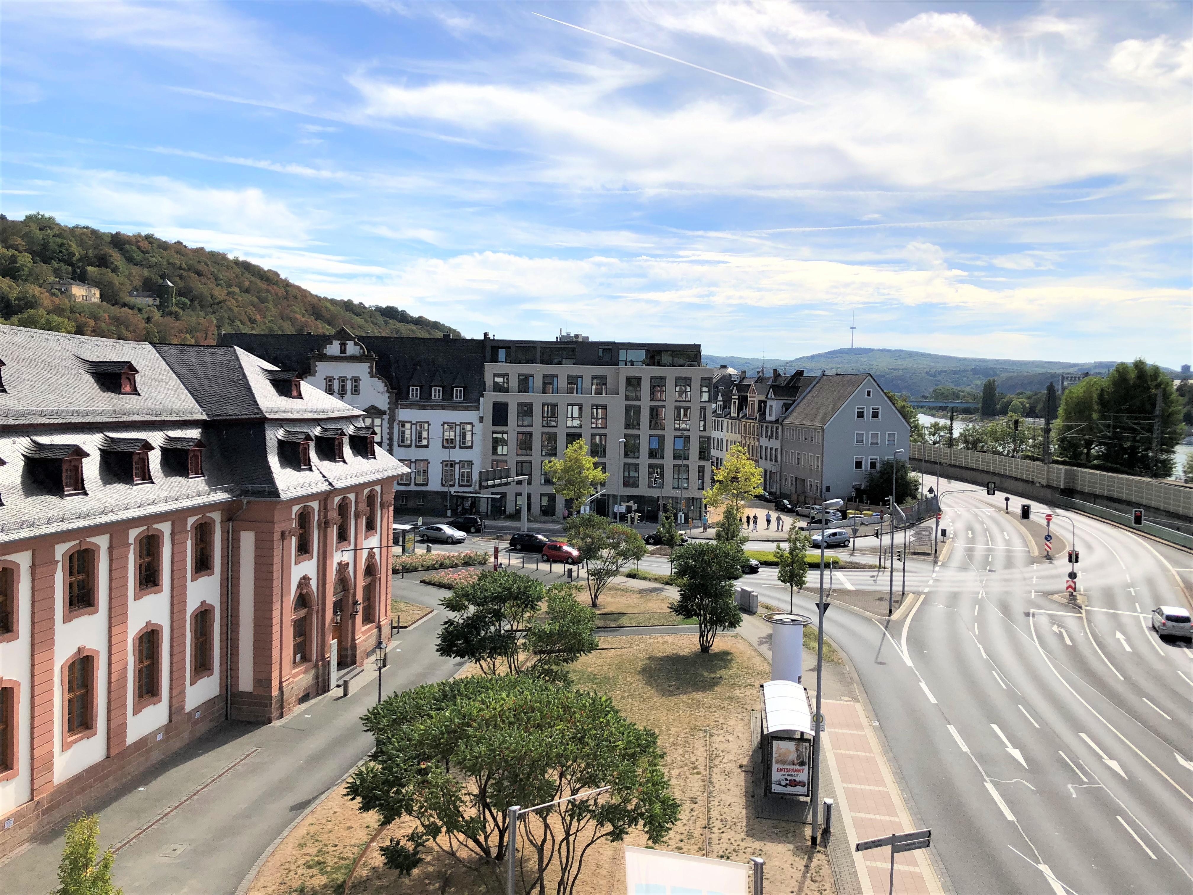Blick vom historischen Dikasterialgebäude zum Gesundheitszentrum rechts des Rheins